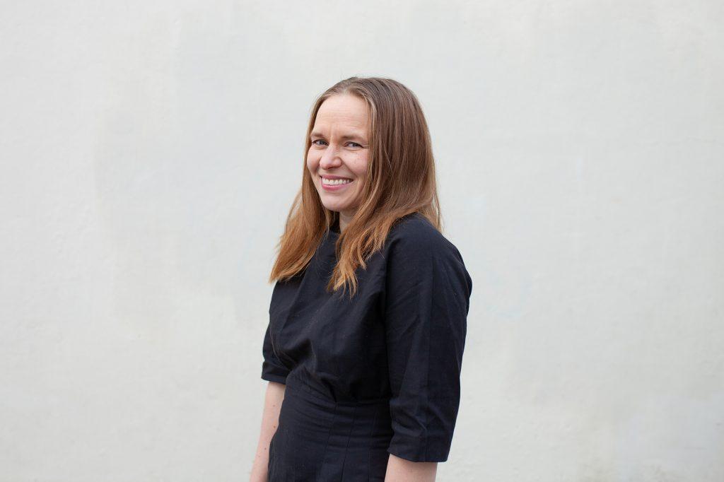 Satu Rämö. Kirjailija, viestintäalan yrittäjä, kouluttaja, mentori, Islanti-ekspertti ja kahden lapsen vanhemmista toinen.