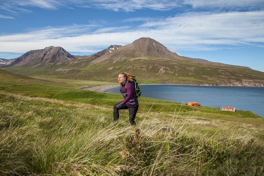 ulkosuomalaisen sijoittaminen - kuvassa nautitaan vuoristokävelyllä islannin luonnosta