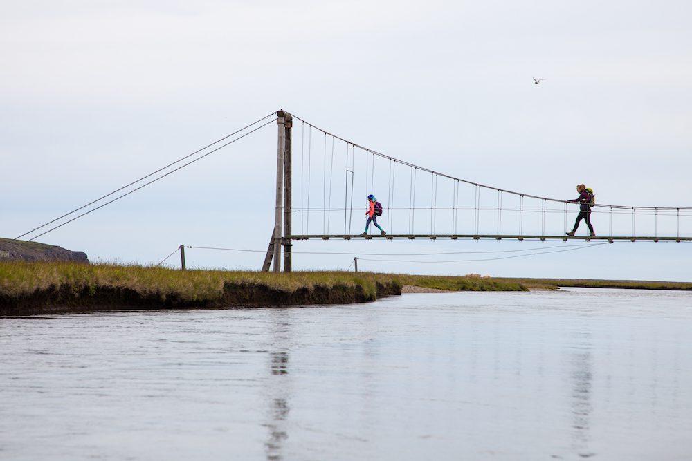 Ulkosuomalaisen raha-asiat. Arki Islannissa mutta varat Suomessa. Kuvassa kävellään sillalla Islannissa.