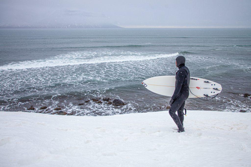 päiväretki Islannin Länsivuonoilla surffaus