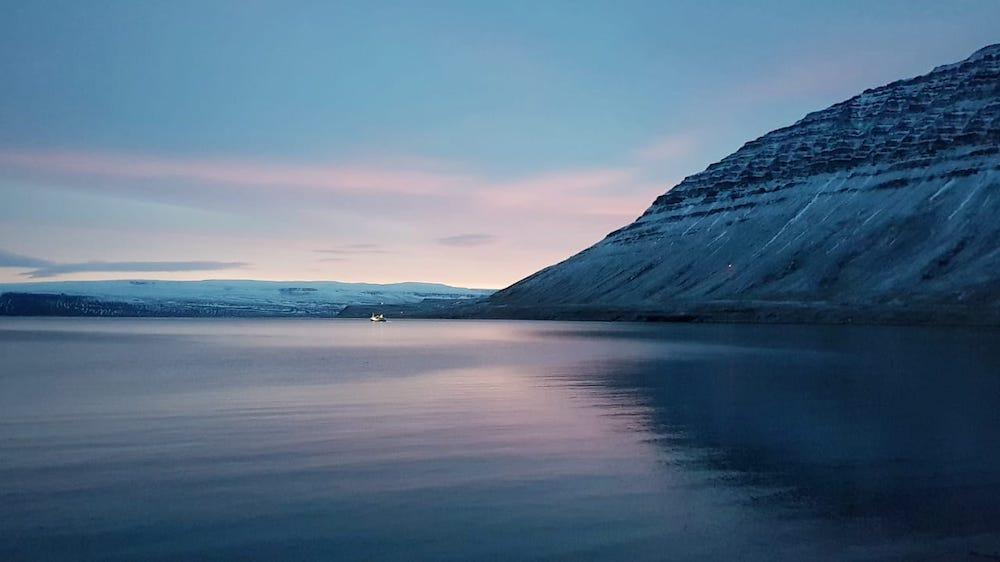 Länsivuonot Islanti huvila meren rannalla
