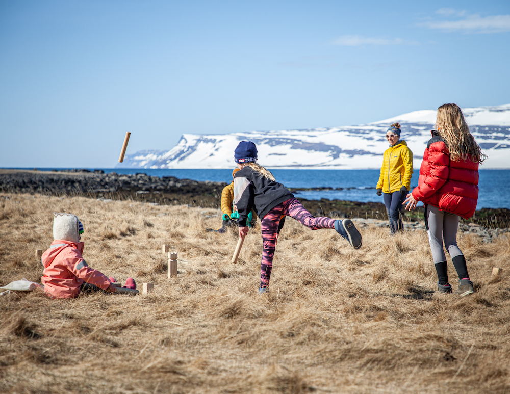 Lapset pelaavat viikinkipalikkaa Islannissa - voiko islantiin nyt matkustaa