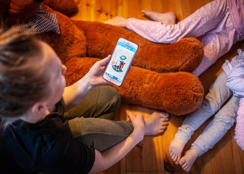 kaksikielisen lapsen vanhempi tukee kielen oppimisessa