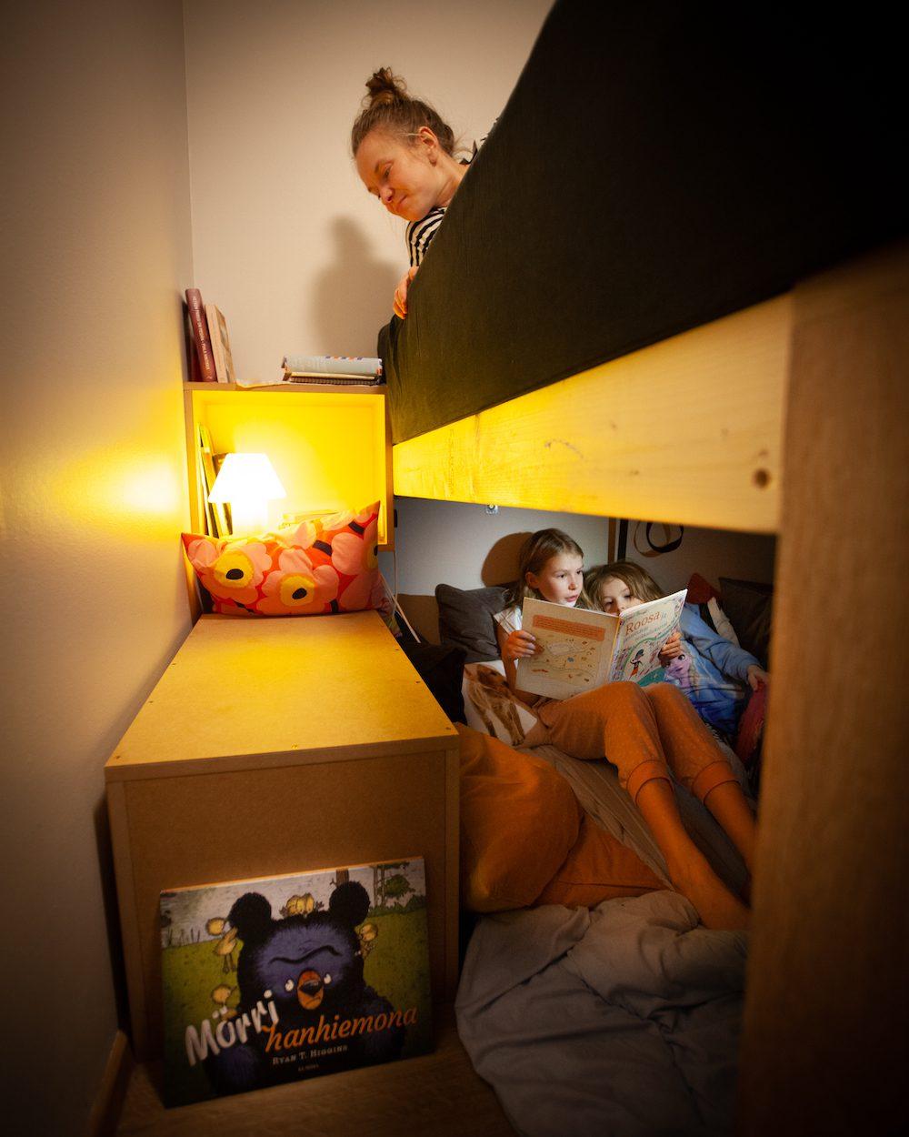 lukupesä sängyn alla
