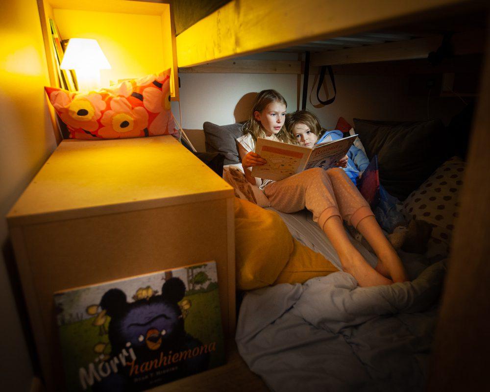 maja sängyn alla